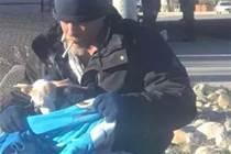 狗被主人放棄,流浪漢用毛毯裹在牠身上:「我懂沒家的滋味」